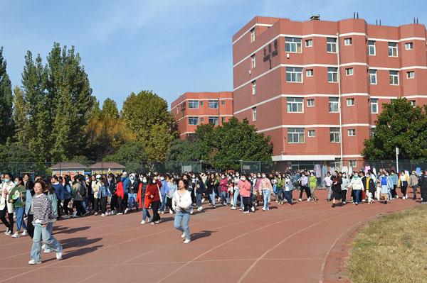 潍坊学院安顺校区举行防震防火应急疏散演练